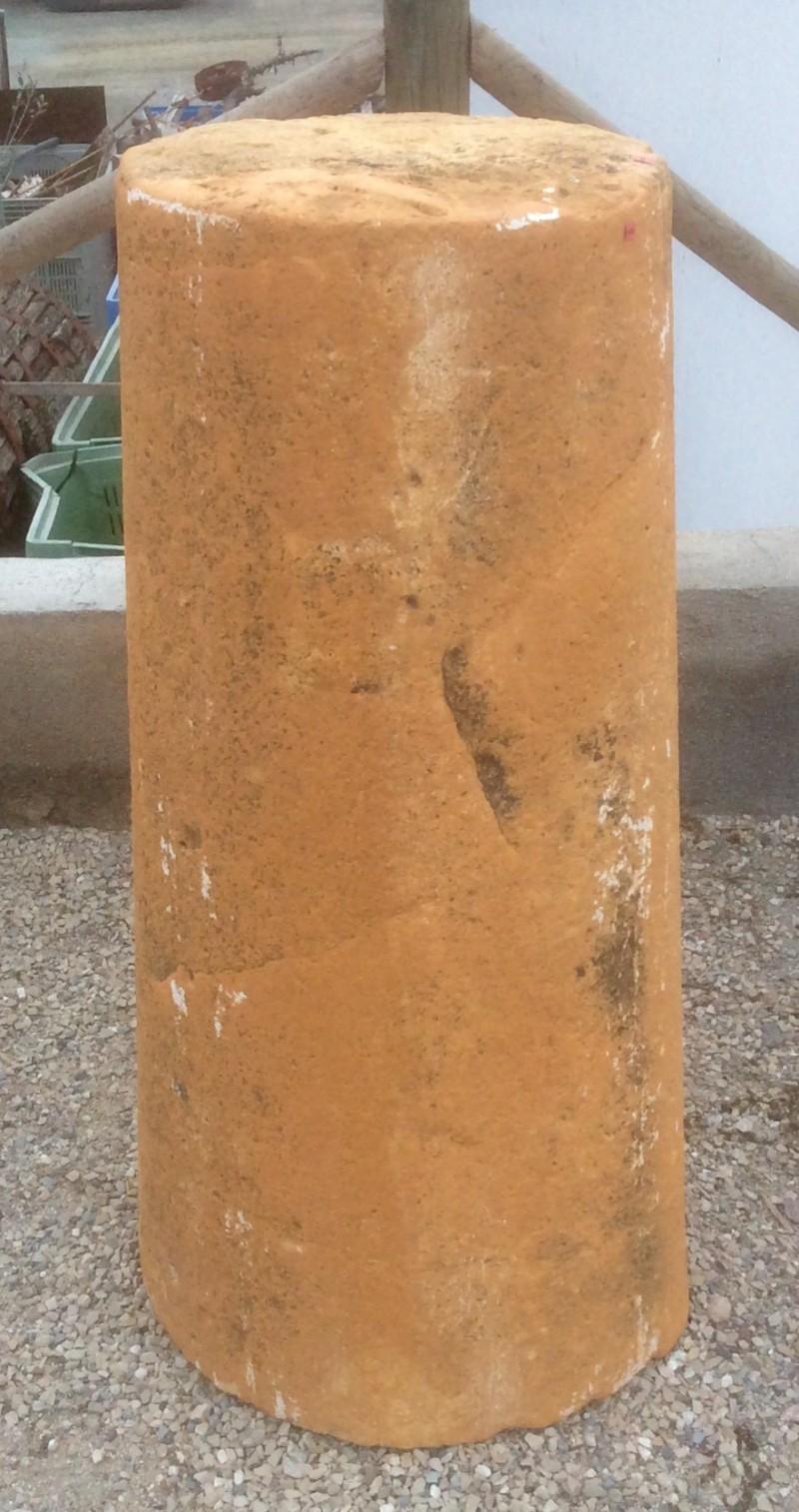 Rulo de piedra reparado. Mide 44 cm de diámetro x 1.06 cm de alto.