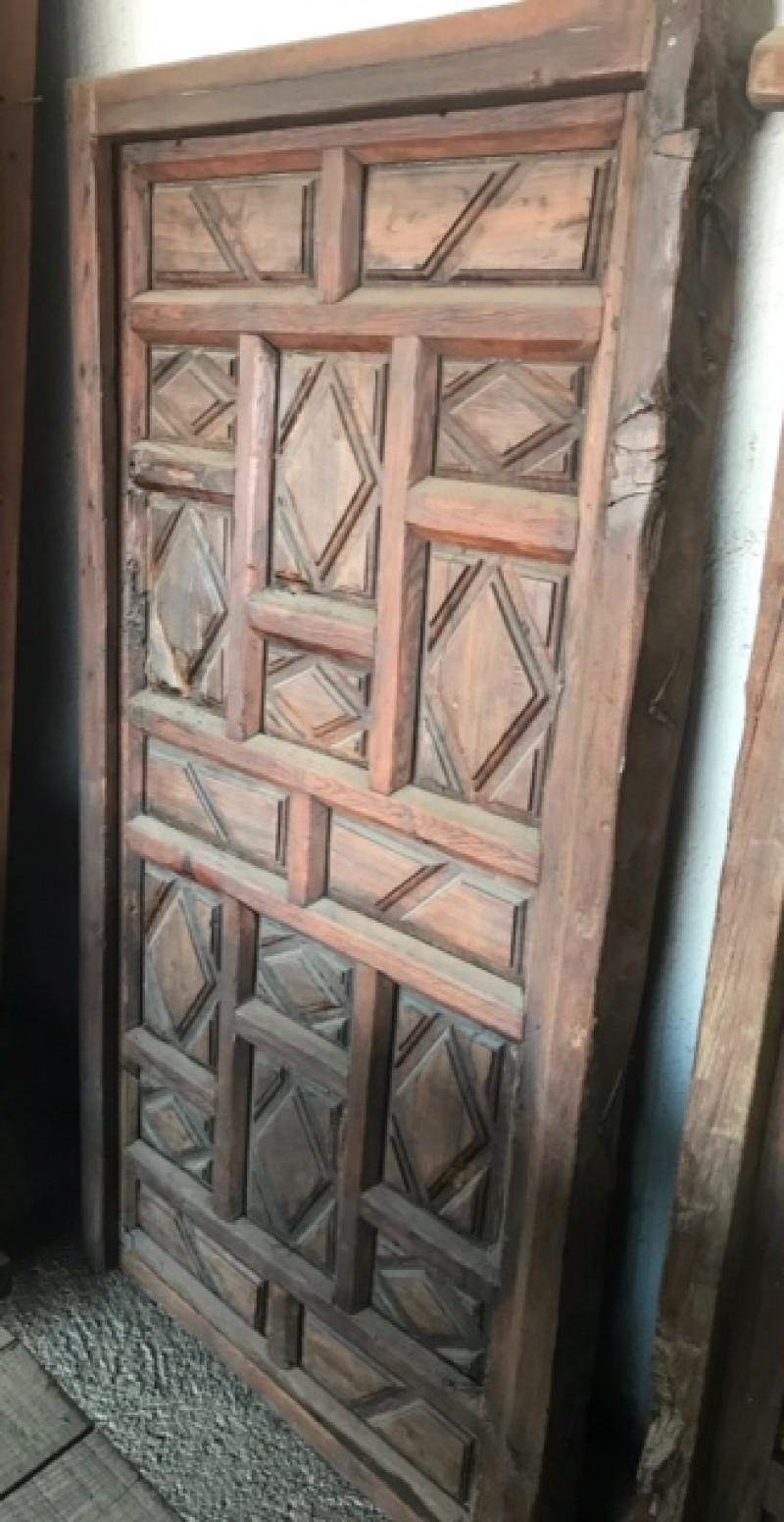 Puerta de madera antigua. Mide 96 cm de ancha x 1.77 cm de alta