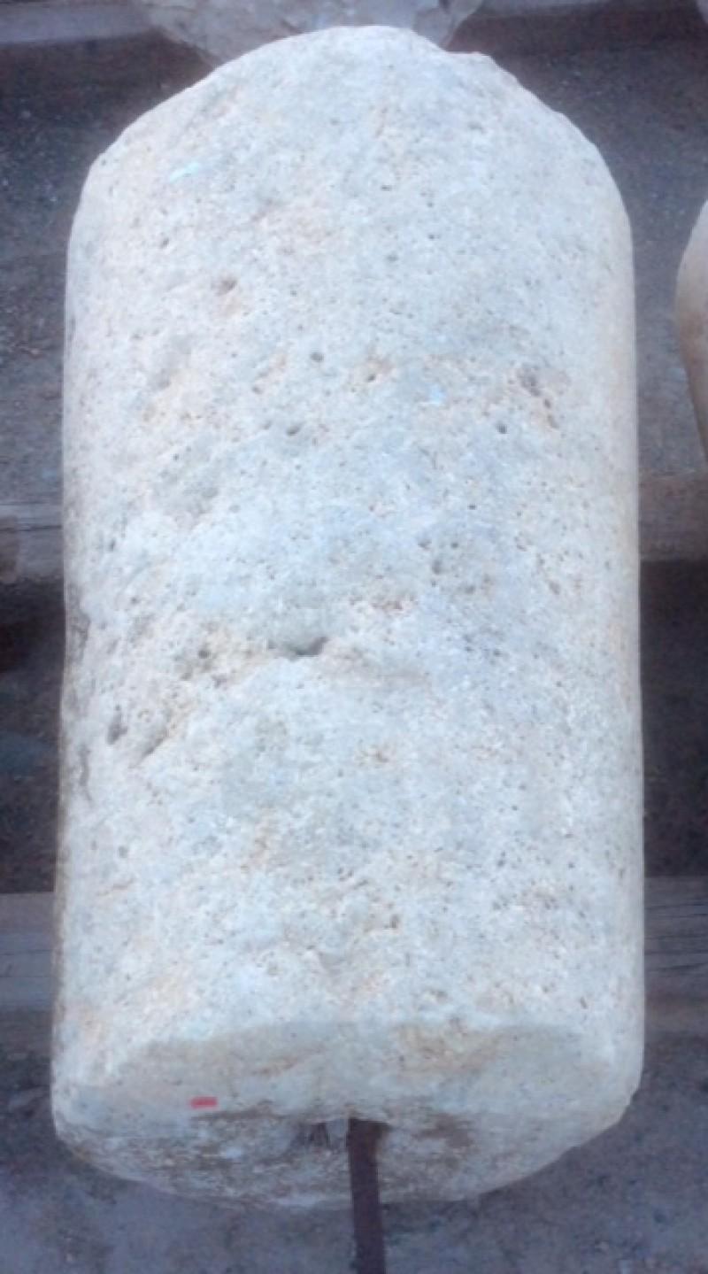 Rulo de piedra viva. Mide 50 cm de diámetro x 83 cm de alto.