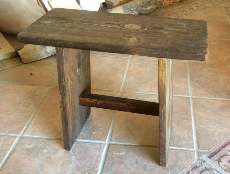 Asiento de madera rústico hecho a mano. Mide 52 x 24 x 45 cm alto.