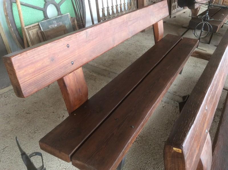 Bancos hechos de tablones a medida en madera antigua. Mide 2,60 cm x 50 cm x 87 cm de altos.