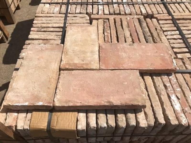 Ladrillo de suelo antiguo. Mide 32 cm x 16 cm x 3 cm. En stock hay 19.35 m2