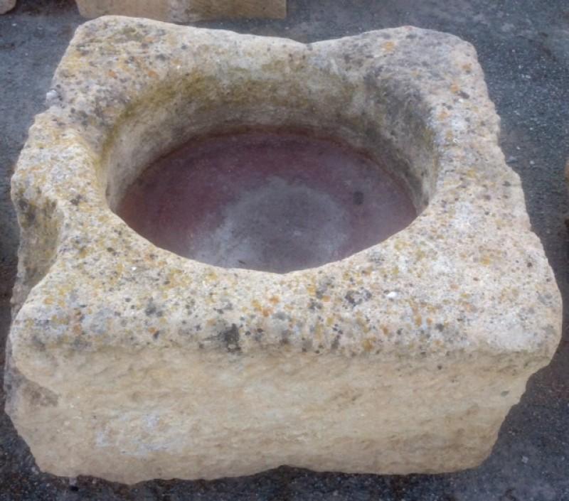 Pilón cuadrado de piedra arenisca. Mide 82 cm x 82 cm x 44 cm de alto