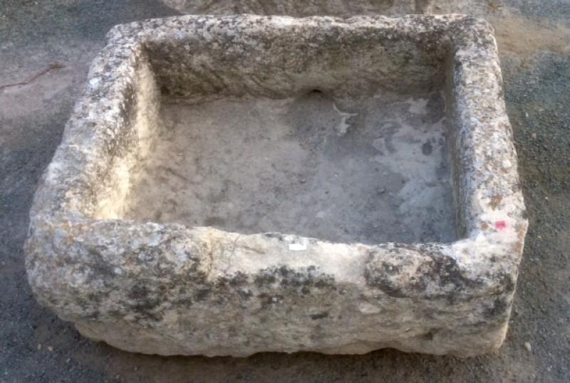 Pilón rectangular de piedra arenisca. Mide 82 cm x 65 cm x 26 cm de alto.