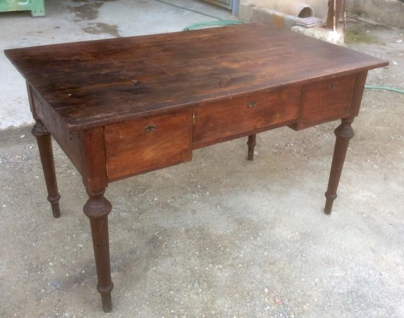 Mesa de despacho de madera. Mide 1.30 cm x 80 cm x 79 cm de alto