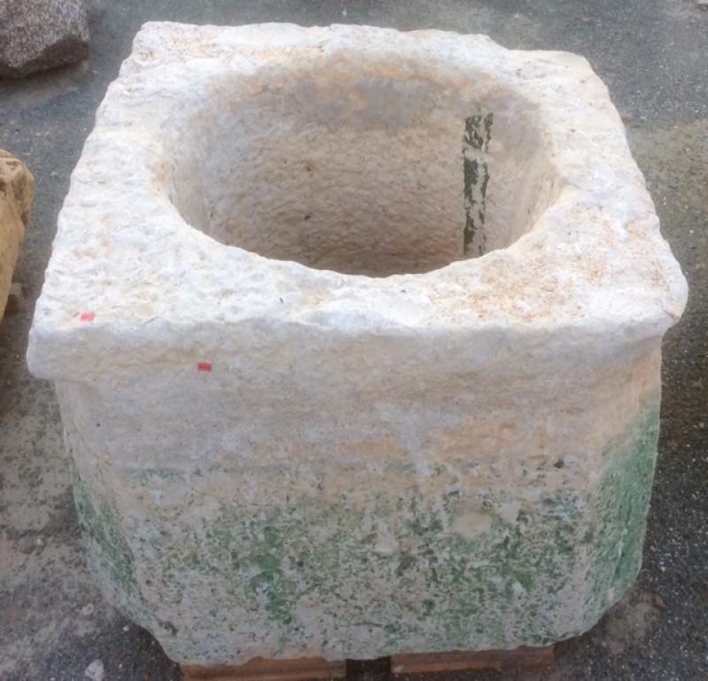 Pozo de piedra viva. Mide 80 cm x 80 cm x 70 cm de alto, y 55 cm de diámetro interior.