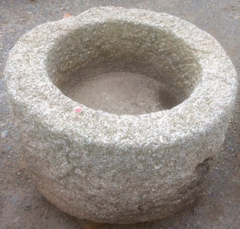 Pilón redondo de granito. Mide 63 cm de diámetro x 42 cm de alto.