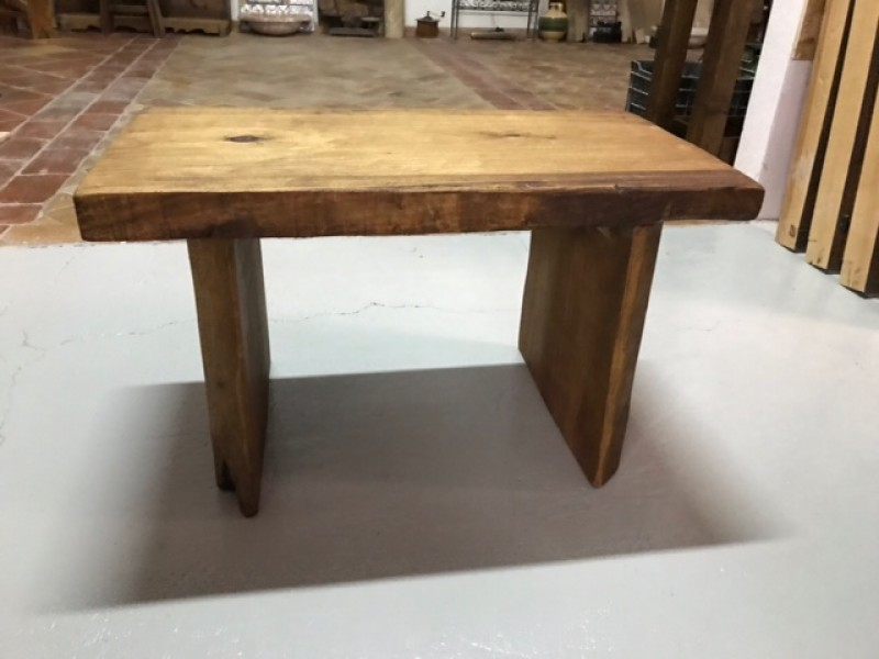 Mesa auxiliar madera maciza color nogal. Mide 85 cm x 46 cm x 50 cm de alta