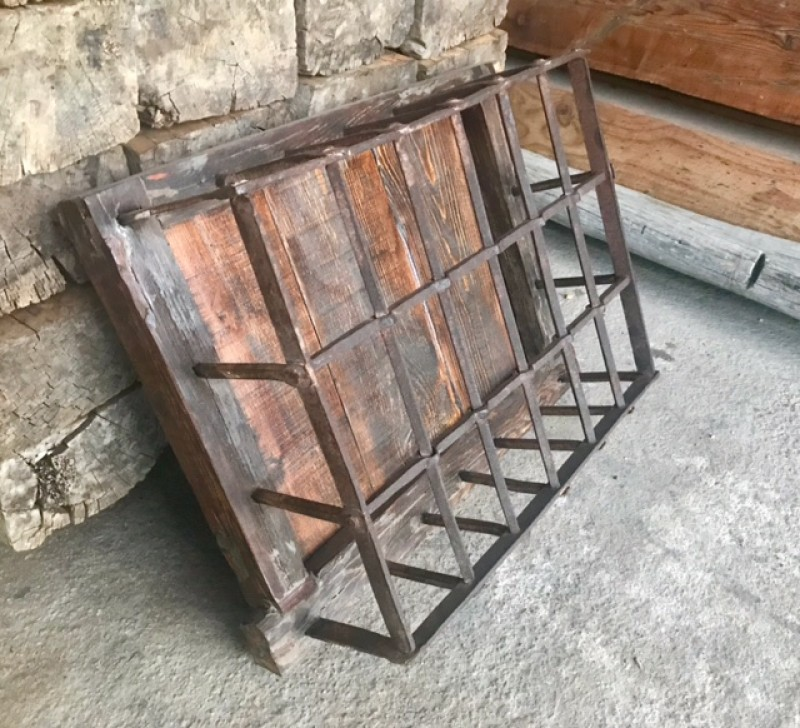Ventana de madera con reja. Mide 67 cm de ancho x 54 cm de alto