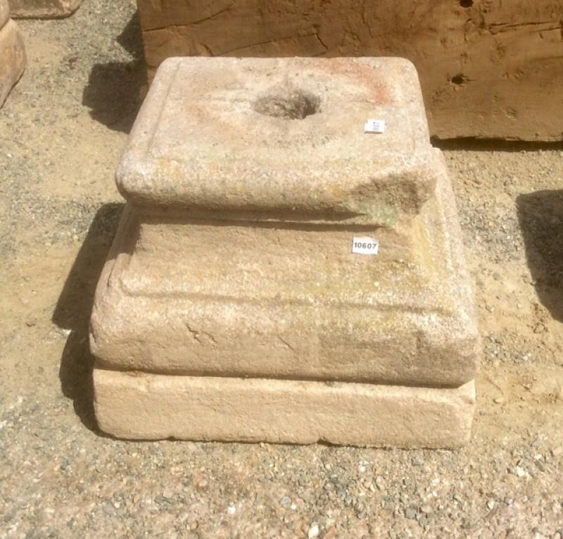 Base de piedra antigua. Mide 29x29x23 cm de alta.
