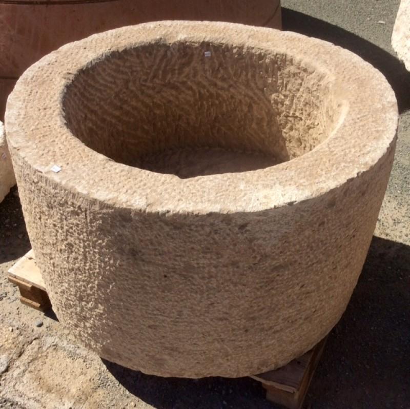 Pilón redondo de piedra. Mide 81 cm de diámetro x 50 cm de alto