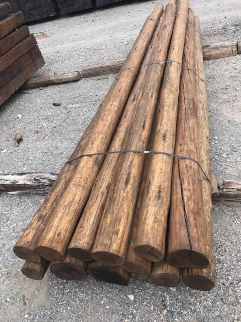 Rollizos cara plana color roble, madera de pino. Hay de 4, 5, 6 y 7 metros