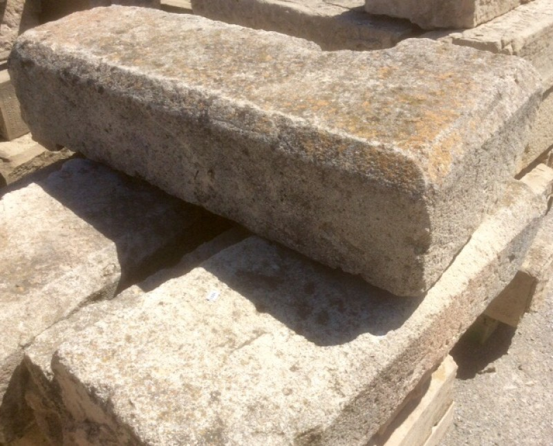 Escalera de piedra arenisca antigua. Tiene 30 cm de pisada. Y 19 cm de alta. Piezas de 60 cm de largas a 1 mt. Hay 35,95 ml