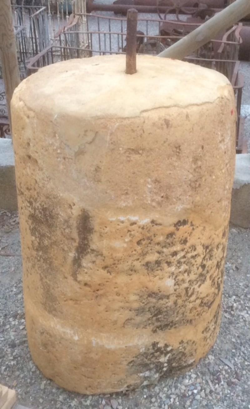 Rulo de piedra reparado. Mide 55 cm de diámetro x 85 cm de alto.