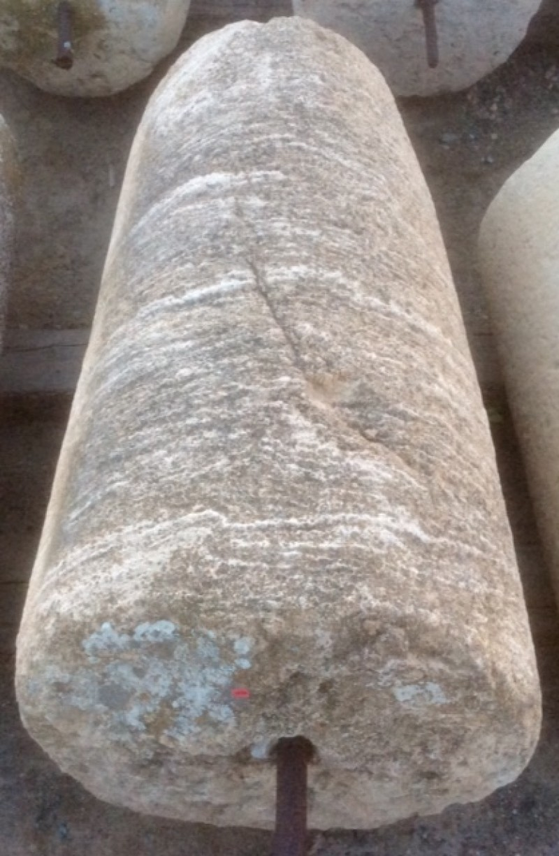 Rulo de piedra caliza. Mide 53 cm de diámetro x 95 cm de alto.