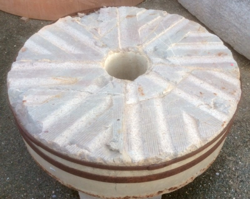 Piedra de molino de piedra viva gris. Mide 1.20 de diámetro x 32 cm de grueso.