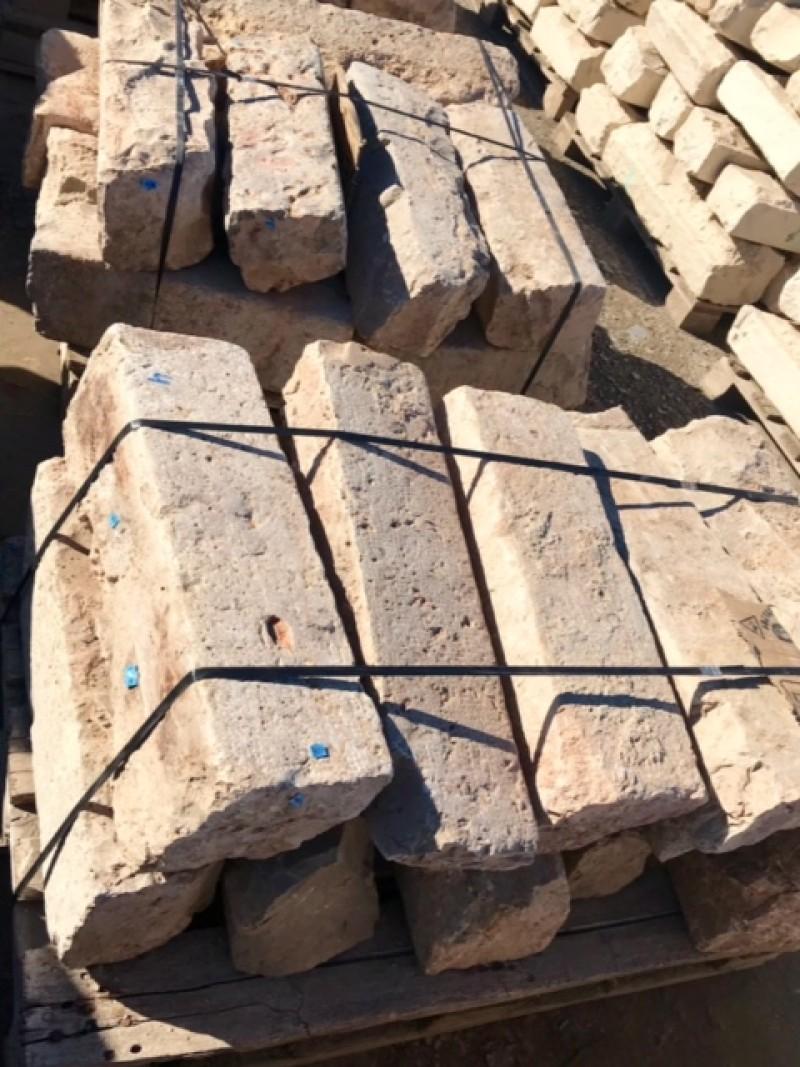 Bordillo de piedra viva color gris. Mide 20 cm de ancho x 18 cm de alto x 40/60 cm de largo