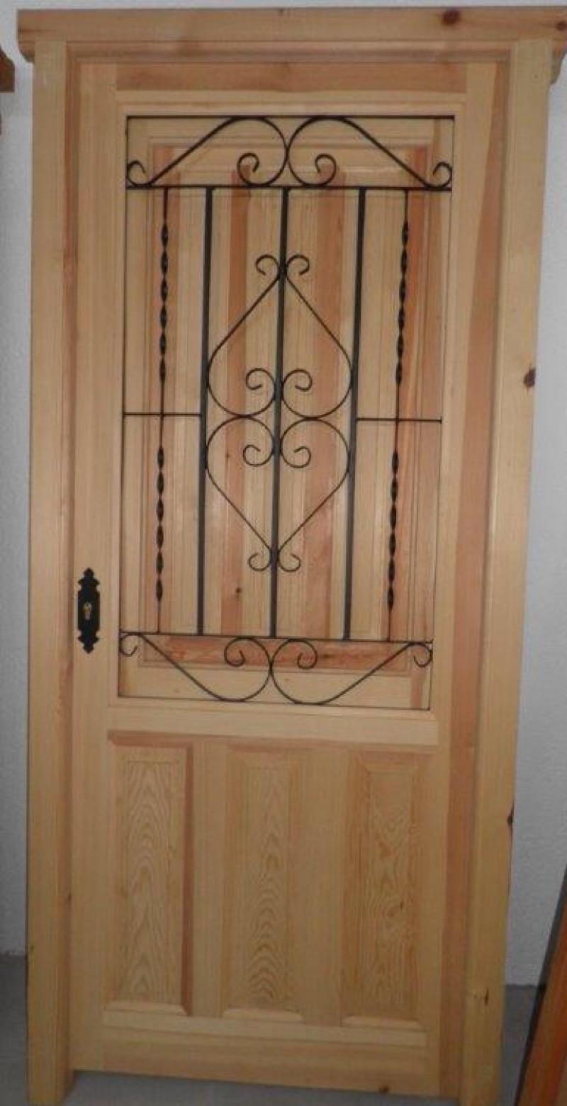 Puerta de madera de pino. Ventano con reja y contraventana. Mide 94 x 2,10 cm