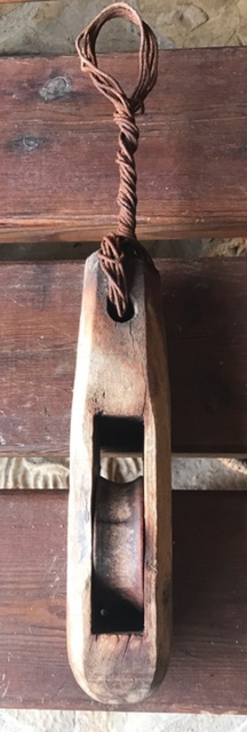 Garrucha de hierro con madera. Mide 8 cm x 6 cm x 45 cm de alto