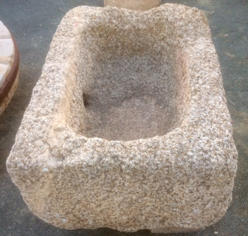Pilón rectangular de granito. Mide 86 cm x 64 cm x 43 de alto.