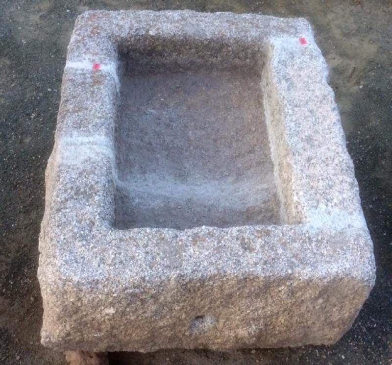 Pilón rectangular de granito. Mide 66 cm x 53 cm x 30 de alto.