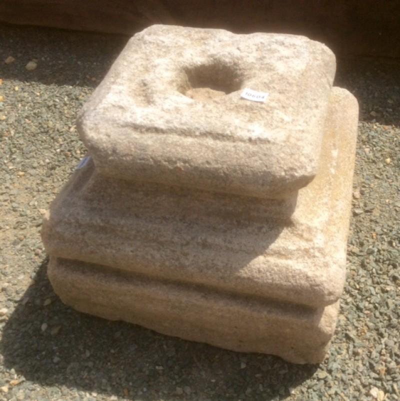 Base de piedra antigua. Mide 26x26x21 cm de alta.