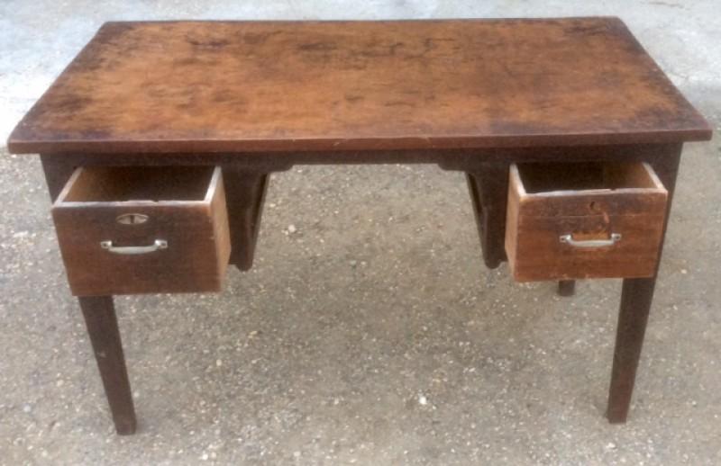 Mesa antigua de despacho en madera de pino. Mide 1.32 cm x 71 cm x 80 cm de alto.