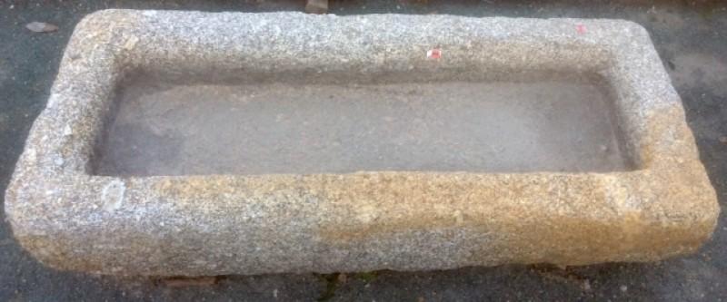Pilón rectangular de granito. Mide 1.16 cm x 52 cm x 16 cm de alto.