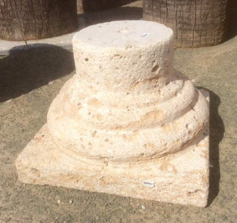 Base de piedra suelta, piedra acabado abujardado. Mide 36x36x25 cm de altura.