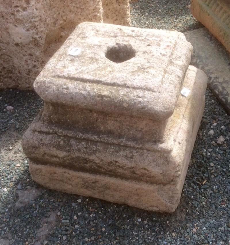 Base de piedra antigua. Mide 25x25x23 cm de alta.