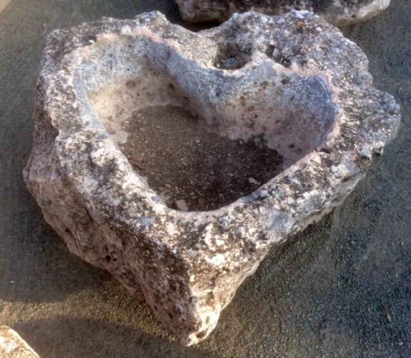 Pilón irregular de piedra roca, en forma de corazón, mide 1,05 cm x 94 cm x 45 cm de alto.