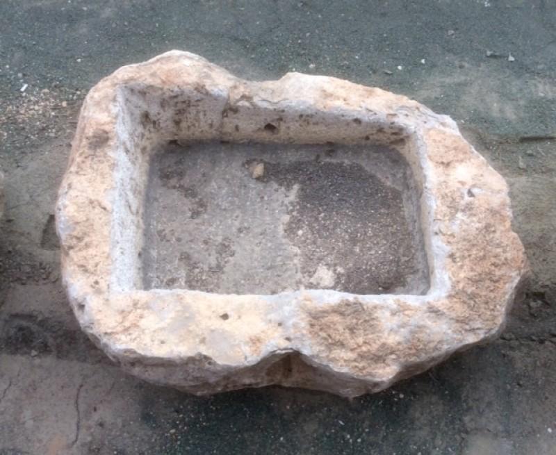 Pilón irregular de piedra roca, mide 76 cm x 70 cm x 30 cm de alto