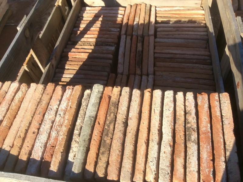Losa de barro antigua. Mide 28x28x3 cm. Hay 122 Uds = 9,56 m2