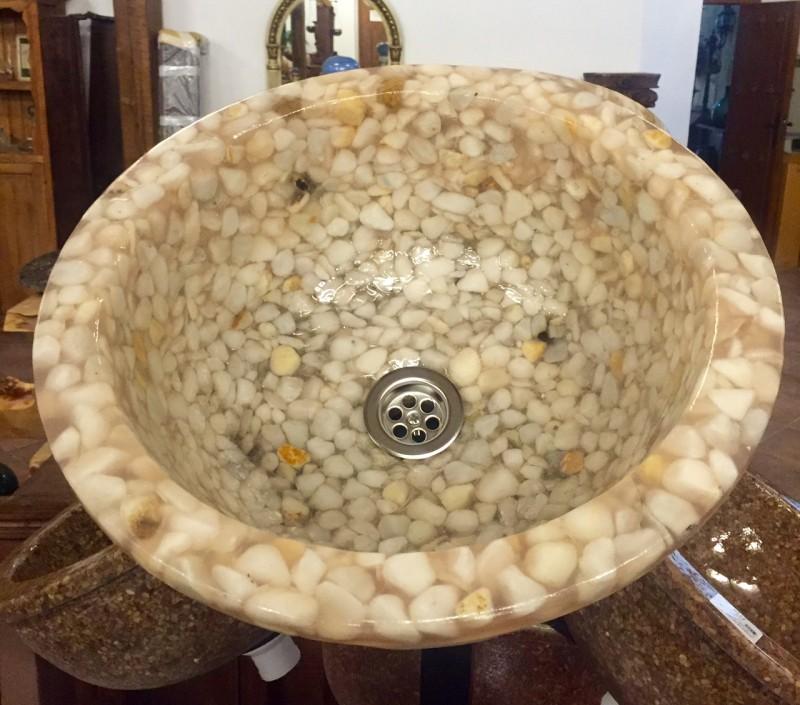 Lavabo de resina de encastrar y sobre encimera, color beige decorado con piedras. Diámetro exterior 41 cm, diámetro interior 33 cm y altura 18 cm