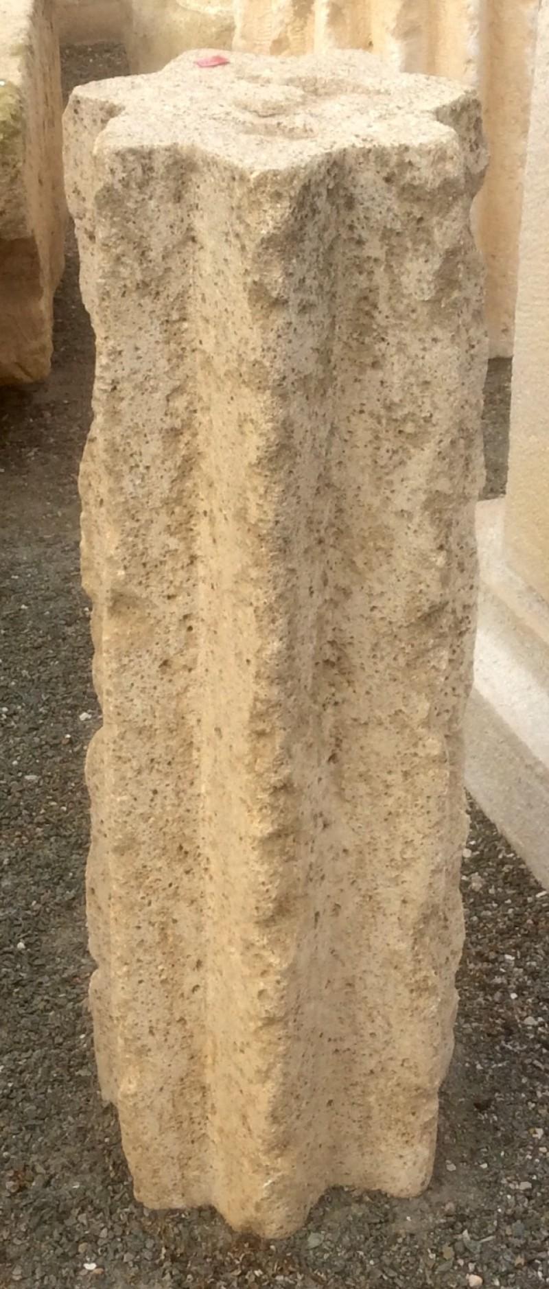 Rulo estriado de piedra caliza. Mide 20 cm de diámetro x 60 cm de alto
