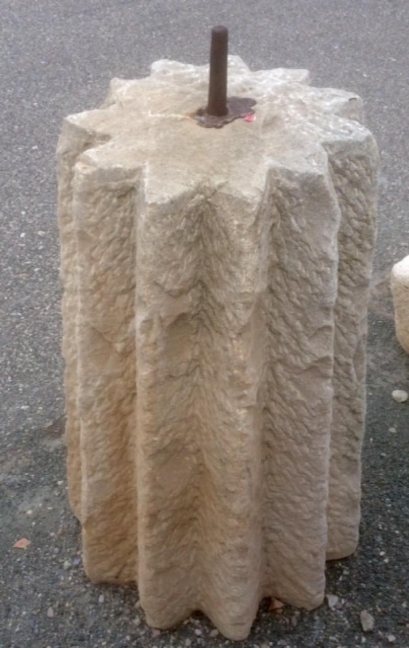 Rulo de piedra caliza estriado. Mide 45 cm de diámetro x 78 cm de alto