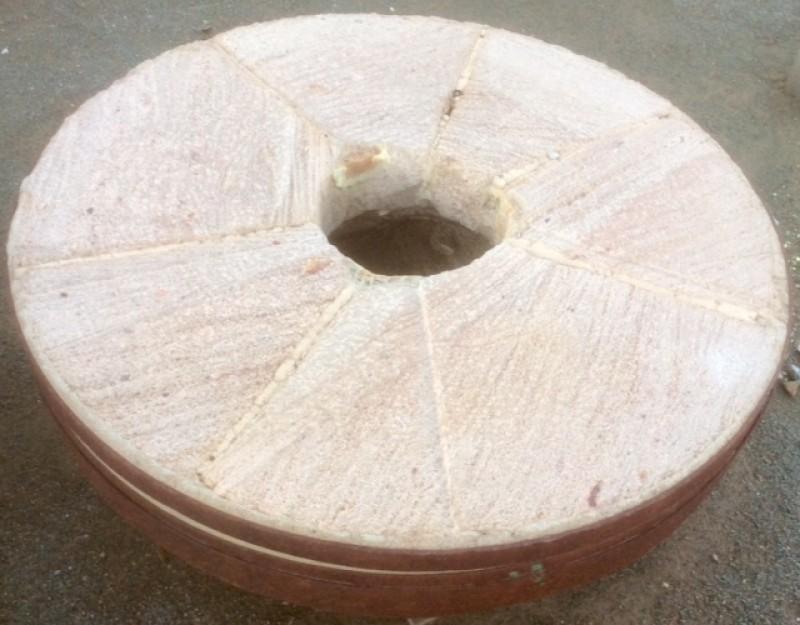 Piedra de molino de piedra viva. Mide 1.23 cm de diámetro x 22 cm de grueso