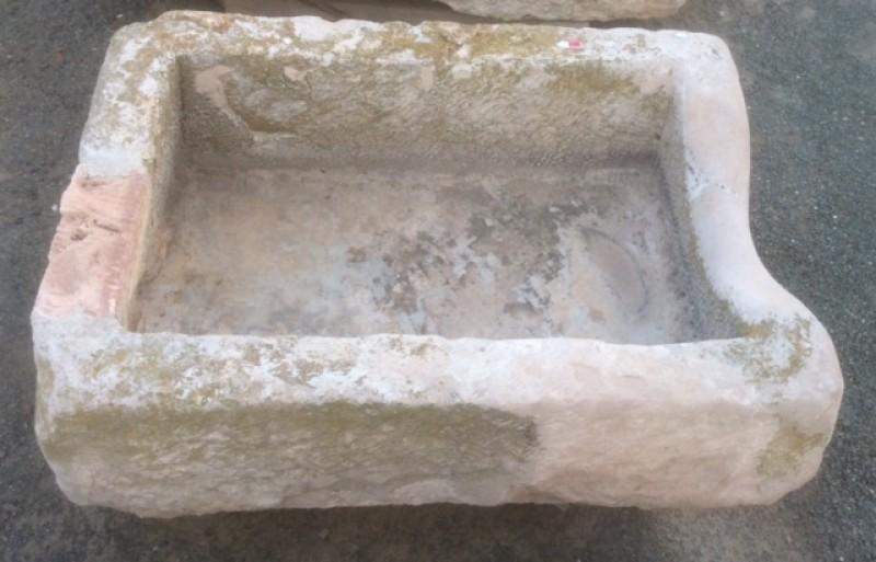 Pilón rectangular de piedra arenisca. Mide 75 cm x 54 cm x 34 cm de alto.