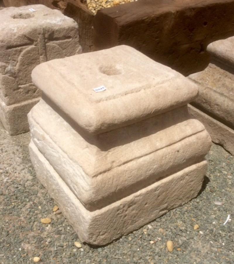 Base de piedra antigua. Mide 28x28x30 cm de alta.