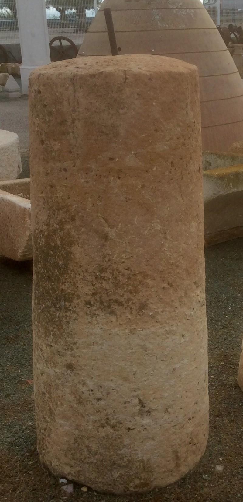Rulo de piedra caliza. Mide 55 cm de diámetro x 1.20 cm de alto.