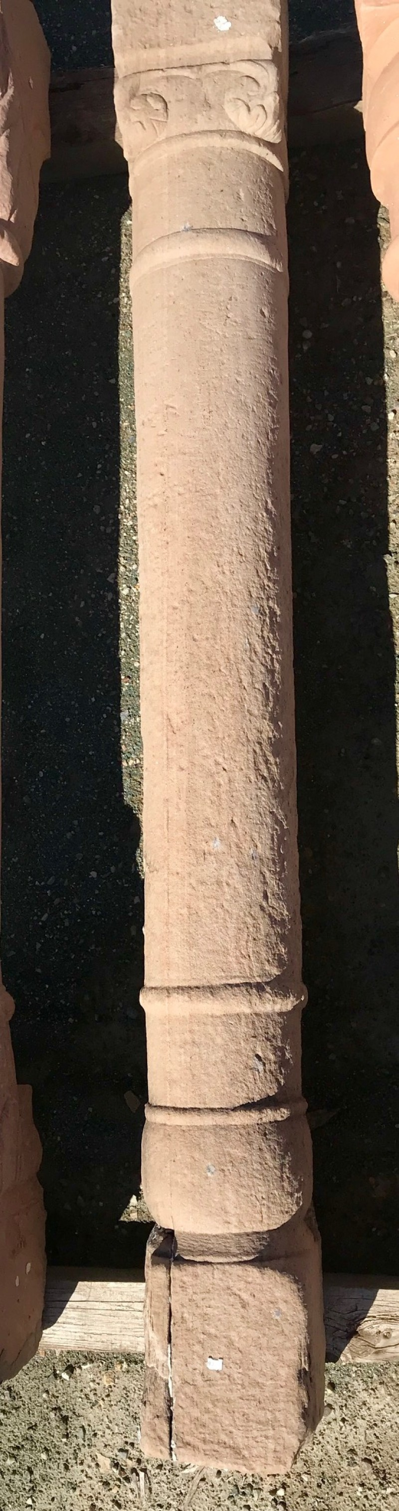 Columna de piedra antigua de una pieza. Mide 1,84 cm de alta.