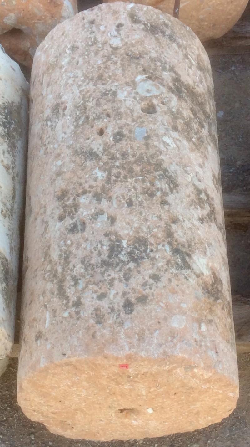 Rulo de piedra viva rosada. Mide 51 cm de diámetro x 95 cm de alto.