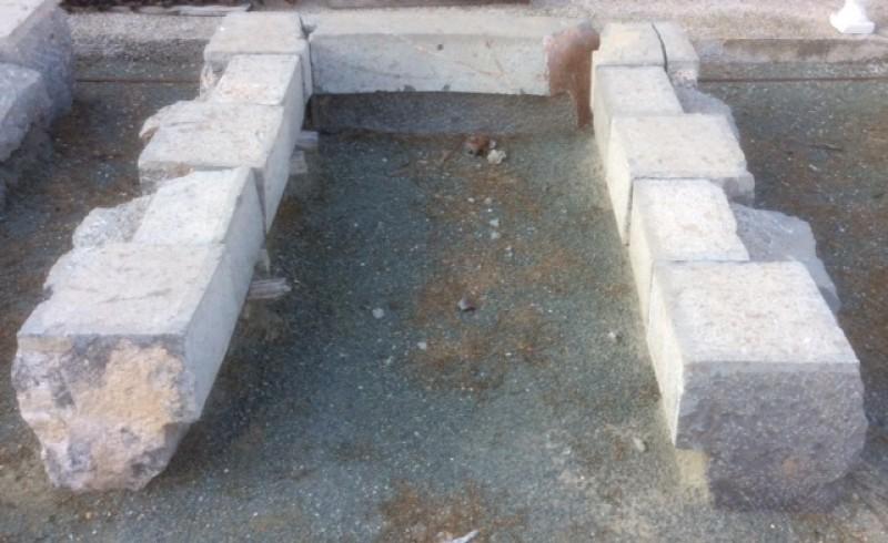 Arco de piedra antiguo, color gris, medida exterior, 1.50 cm x 1.80 cm de altura. Medida interior, 90 cm x 1.60 cm de altura
