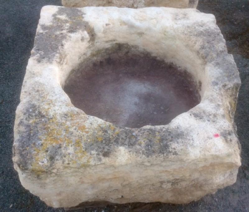 Pilón cuadrado de piedra arenisca. Mide 85 cm x 81 m x 40 cm de alto