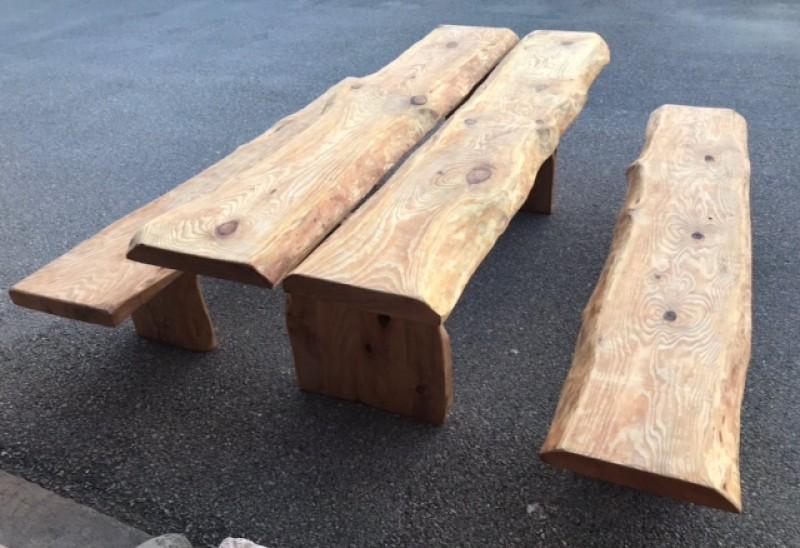 Conjunto de mesa de madera con dos bancos rústicos. Mide 2.23 cm de larga x 95 cm de ancha x 76 cm de altura