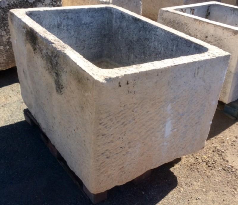 Pilón rectangular de piedra. Mide 1.36 cm de largo x 97 cm de ancho x 77 cm de alto x 67 cm de profundidad
