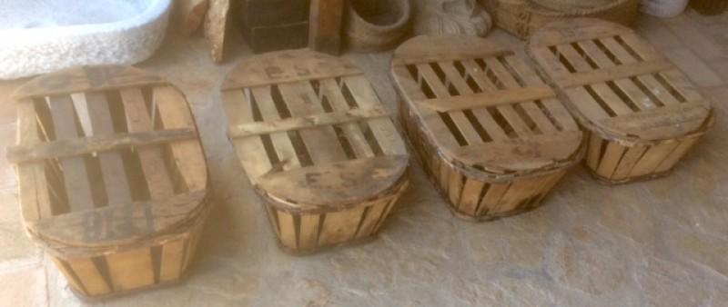 Banasta de madera con tapa antigua. Mide 53 cm x 39 cm 21 cm de alta.