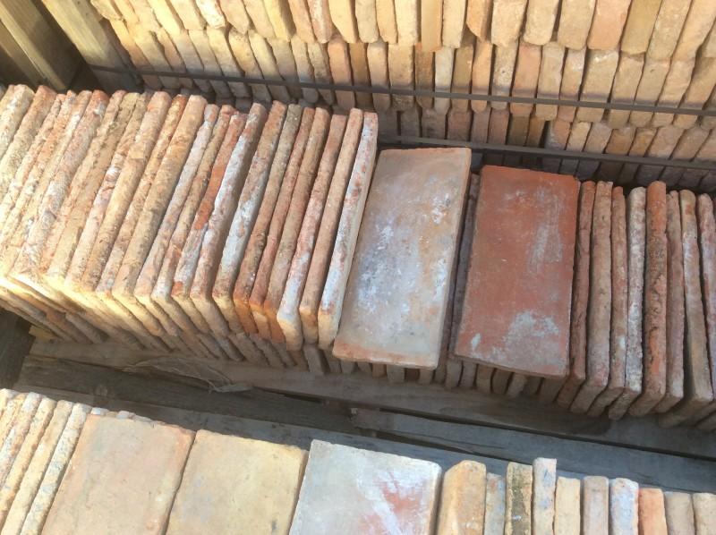 Ladrillo de suelo antiguo. Color rojizo. Mide 33x14x2 cm. En stock hay 78 uds = 3,60 m2