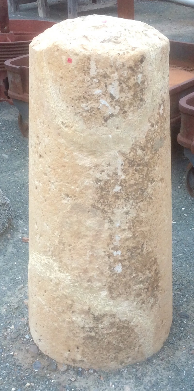 Rulo de piedra reparado. Mide 45 cm de diámetro x 1.10 cm de alto.