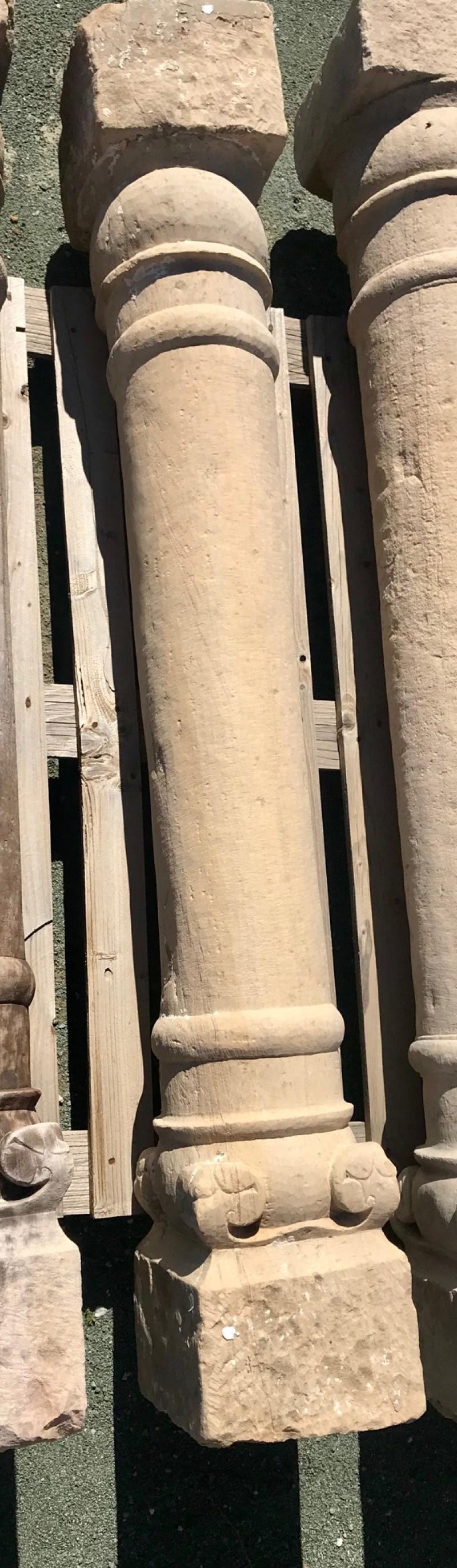 Columna de piedra antigua de una pieza. Mide 1,62 cm de alta.